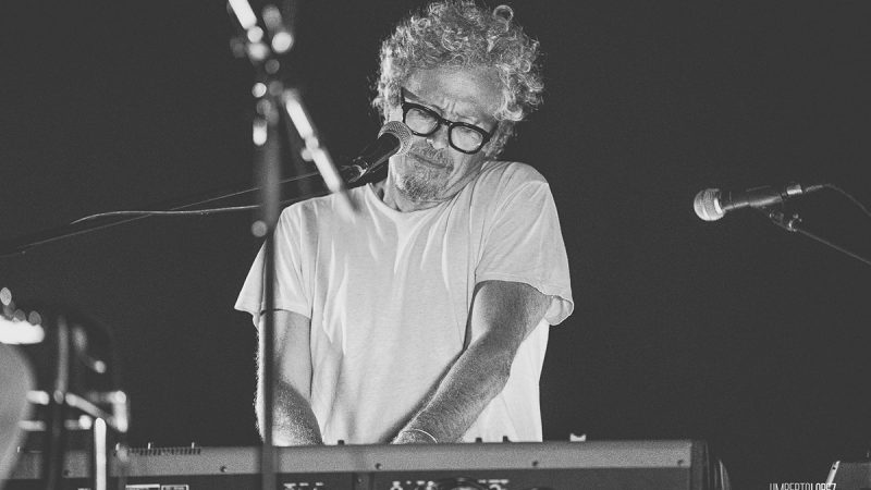 Niccolò Fabi suona la tastiera al Locus Festival 2020. Foto di Umberto Lopez